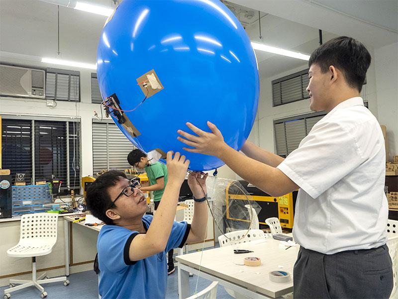 學生設計飛船並編寫手機程式操控飛船飛行