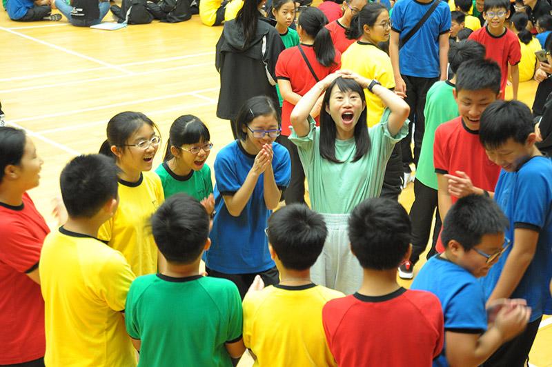 老師和學生也玩得很投入