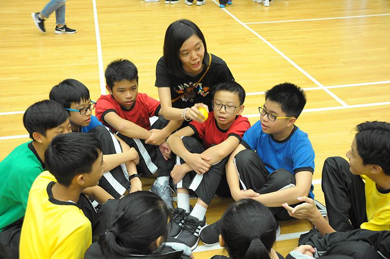 同學分成多個小組參與活動