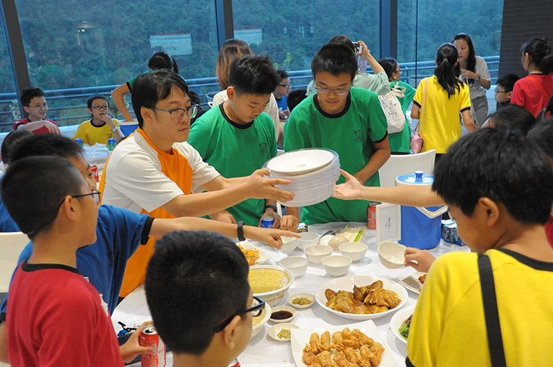 學生互相幫助,預備晚餐